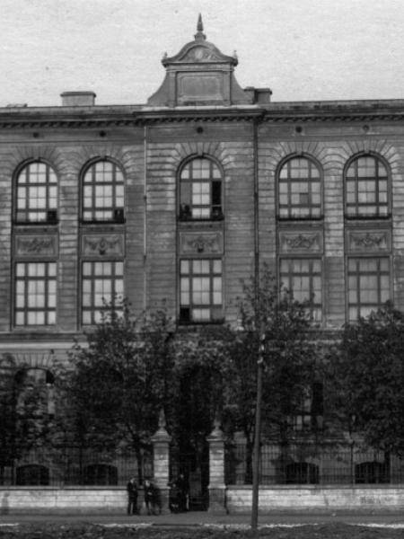 Budynek szkoły z początku XX w. fundacji Emila Geyera.