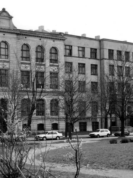 Budynek szkoły oraz całego kompleksu dzieł salezjańskich od ul. Wodnej, 1991 r. (fot. ks. Stanisław Hajkowski).