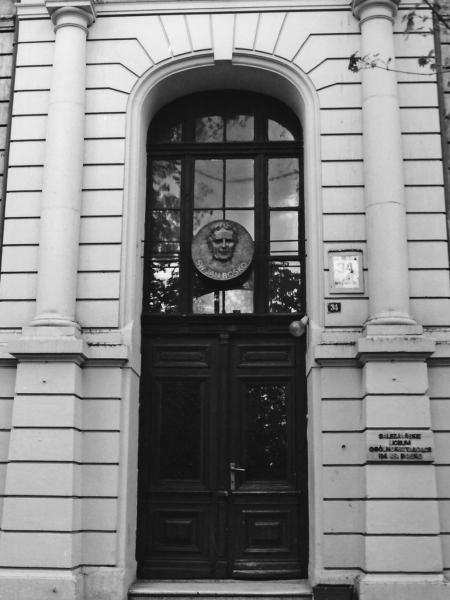 Główne wejście do szkoły od ul. Wodnej, 1992 r.